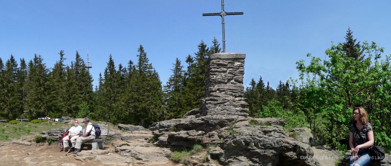 Gipfelkreuz am Berg Falkenstein im Nationalpark Bayerischer Wald