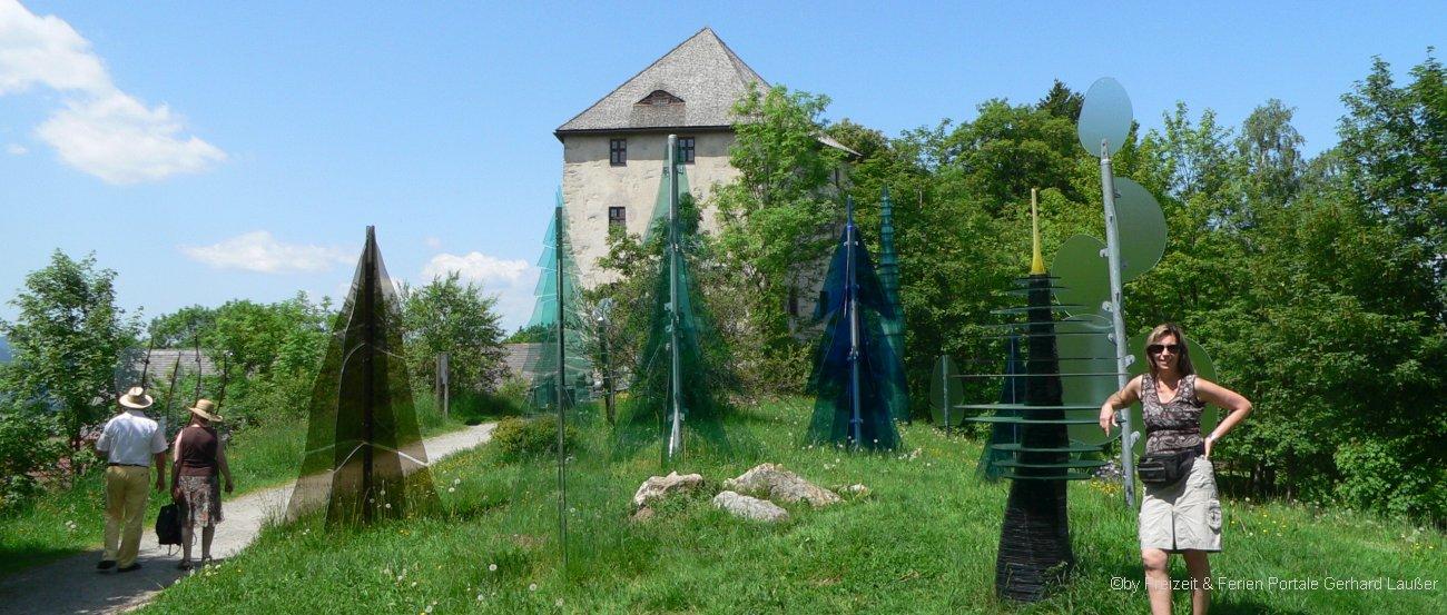 Gläserner Wald und Museum Fressendes Haus bei Regen