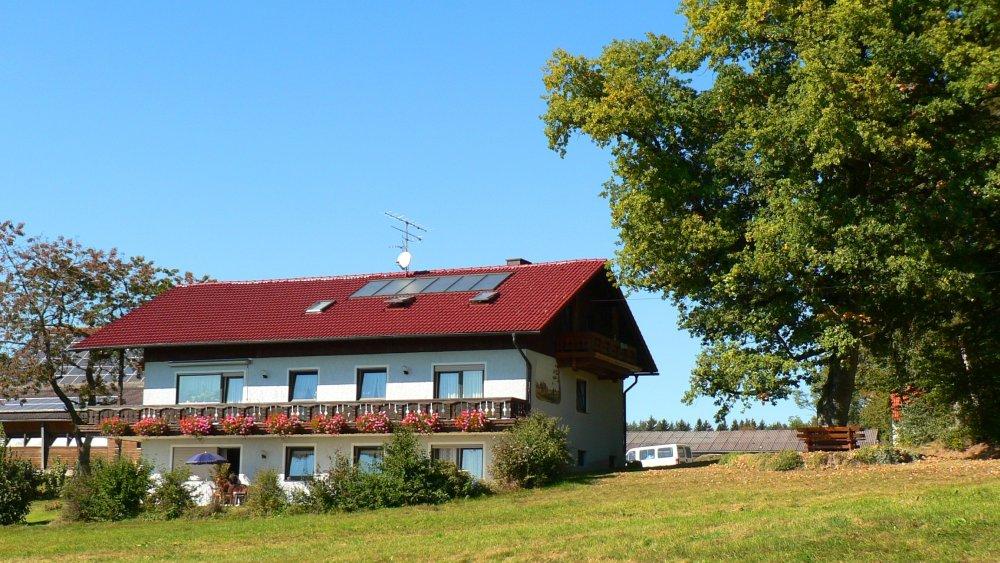wagner-bauernhofurlaub-familienfreundlich-bayern-ferienhaus-aussenansicht 16:9