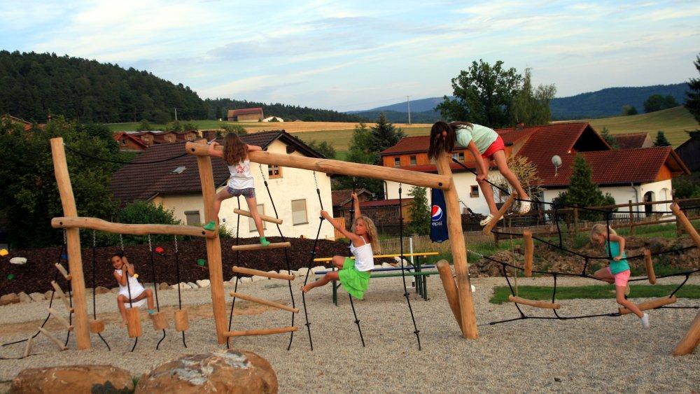 böhmerwald-familienhotel-guenstig-bayern-kinderurlaub-spielplatz