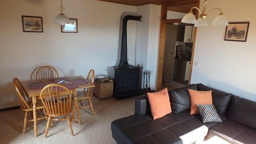 fuchsenhof-reitschule-unterkunft-ferienwohnungen-kaminofen-wohnzimmer