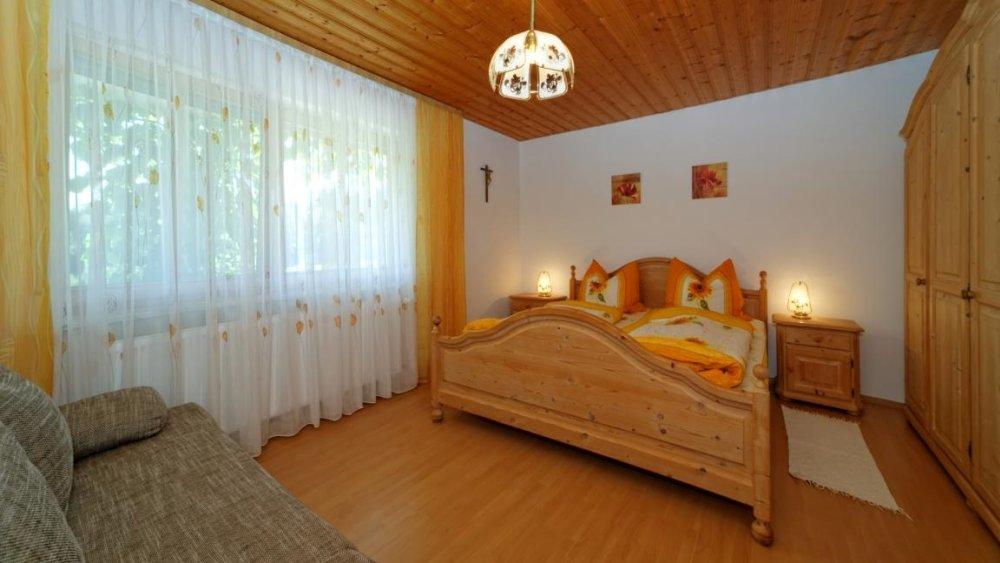 hamberger-ferienwohnung-bayerischer-wald-gruppenhaus-schlafzimmer