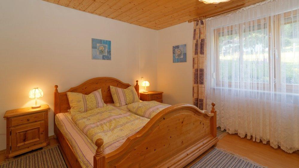 hamberger-ferienwohnung-kinderfreundliche-gruppenunterkunft-schlafzimmer