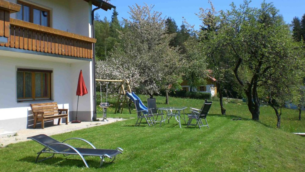 hamberger-gruppenurlaub-terrasse-garten-liegewiese
