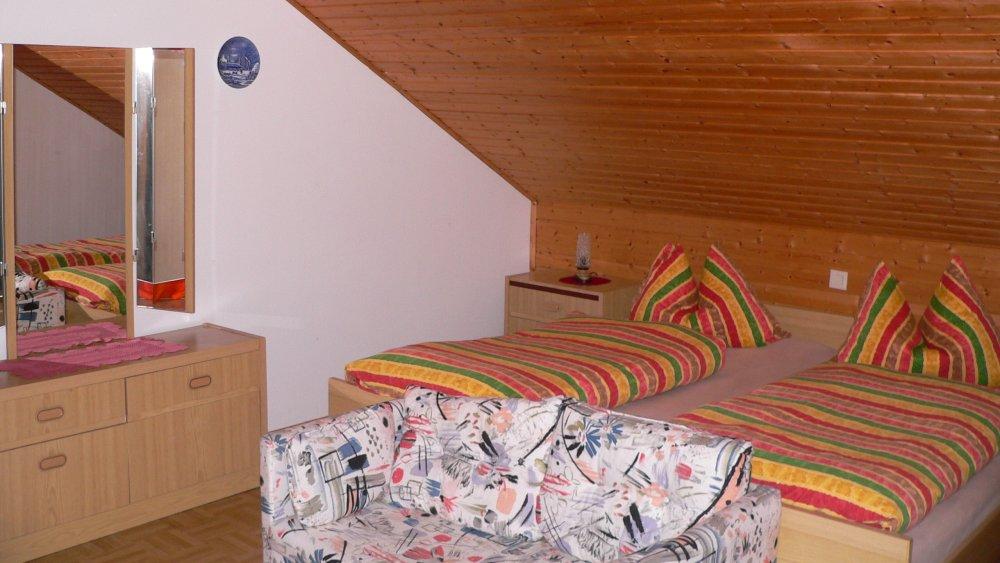 koller-ferienwohnungen-bayern-schlafzimmer-doppelbett