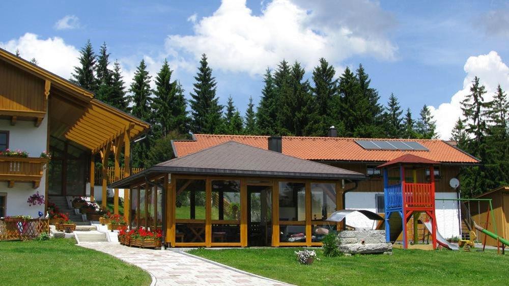 spannbauer-ferienhaus-dreilaendereck-bayerischer-wald-aufenthaltsraum-spielplatz