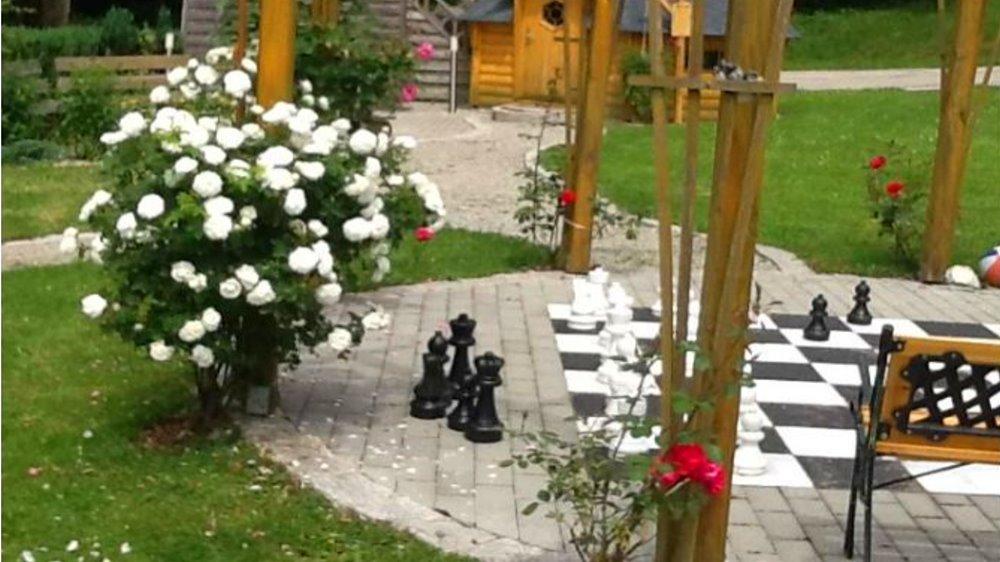 sterl-ferienhaus-passasu-aussenanlage-garten-schachspiel