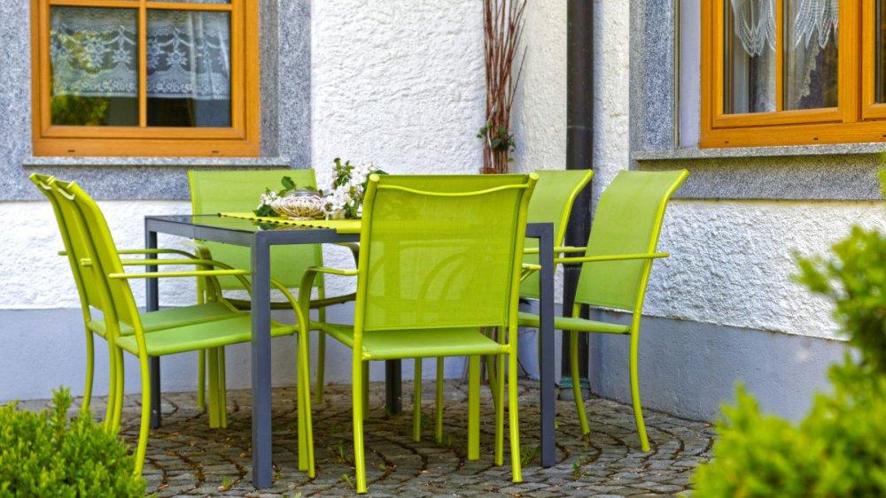 sterl-ferienhaus-rollstuhlfahrer-bayern-terrasse-tisch-stuhl