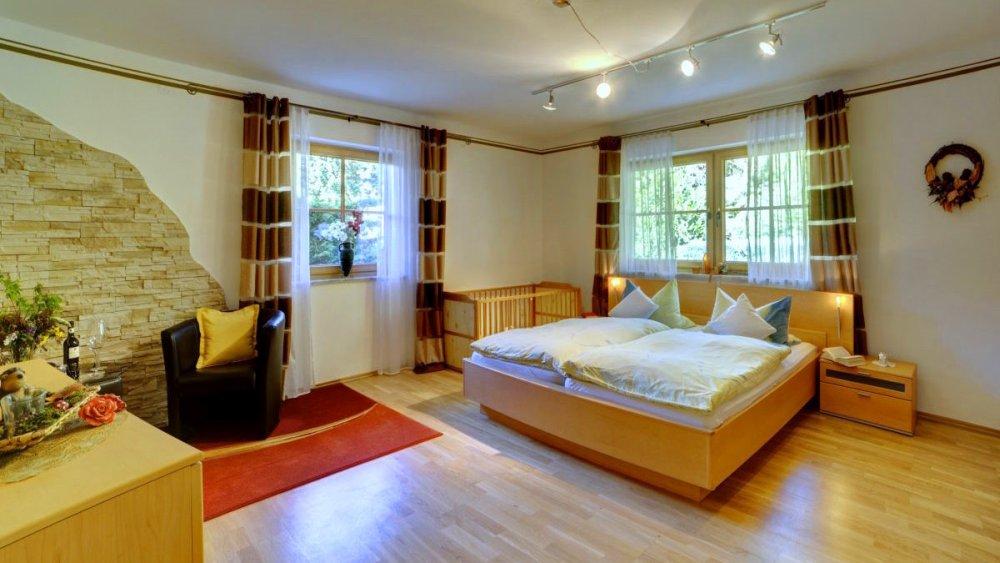 sterl-ferienwohnung-barrierefrei-bayern-schlafzimmer