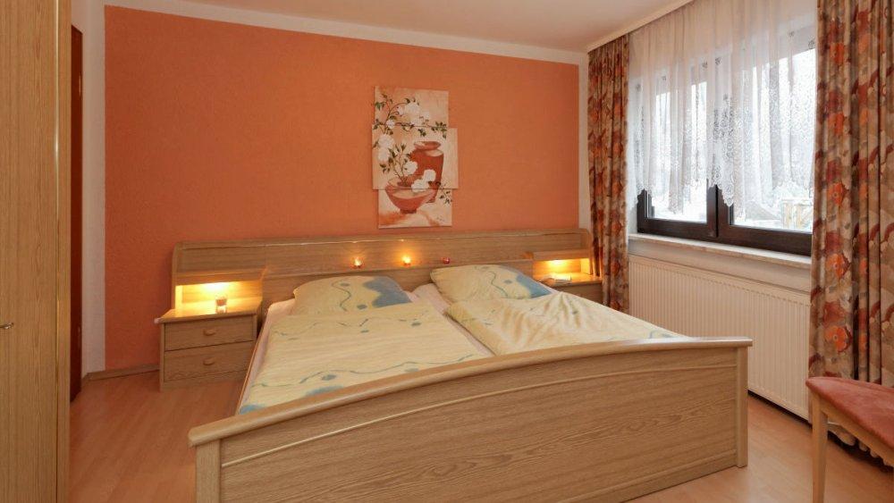 sterl-ferienwohnung-schlafzimmer-doppelbett