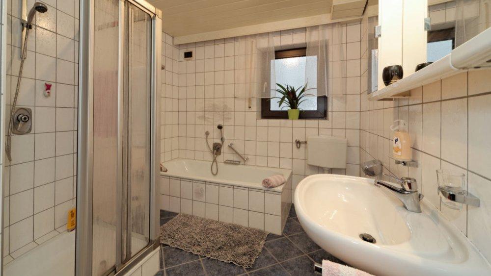 sterl-ferienwohnungen-badezimmer-dusche-badewanne