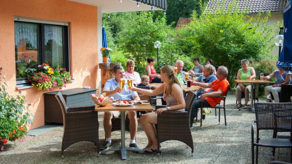 neuhof-bikehotel-niederbayern-biergarten-erfrischung