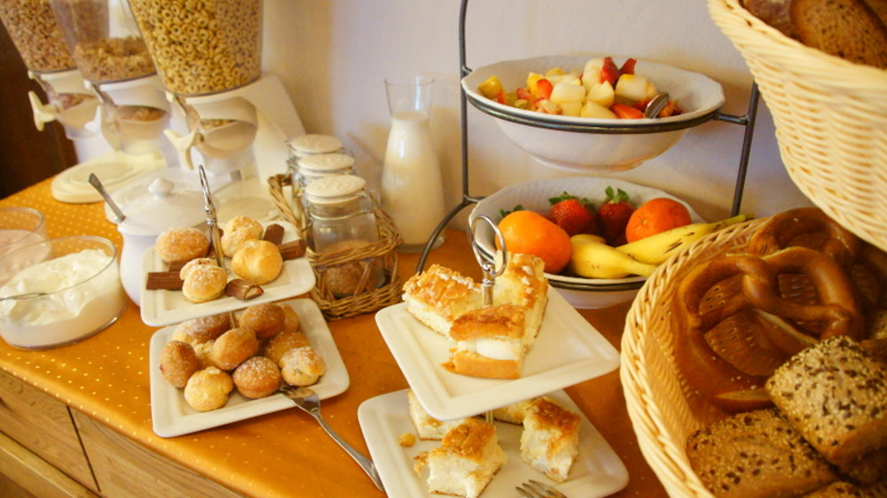 neuhof-landhotel-uebernachtung-fruehstueck-muesliecke-obst-brot-kuchen