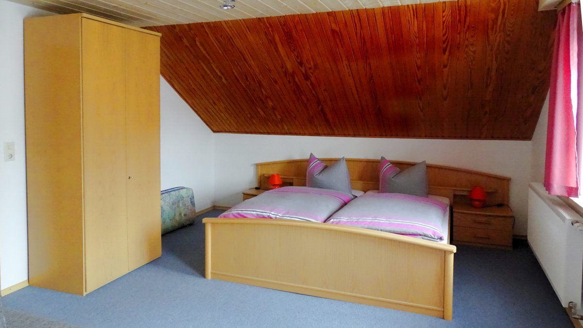 gaestehaus-jutta-lindberg-zimmer-fruehstueck-bayerischer-wald-doppelbett