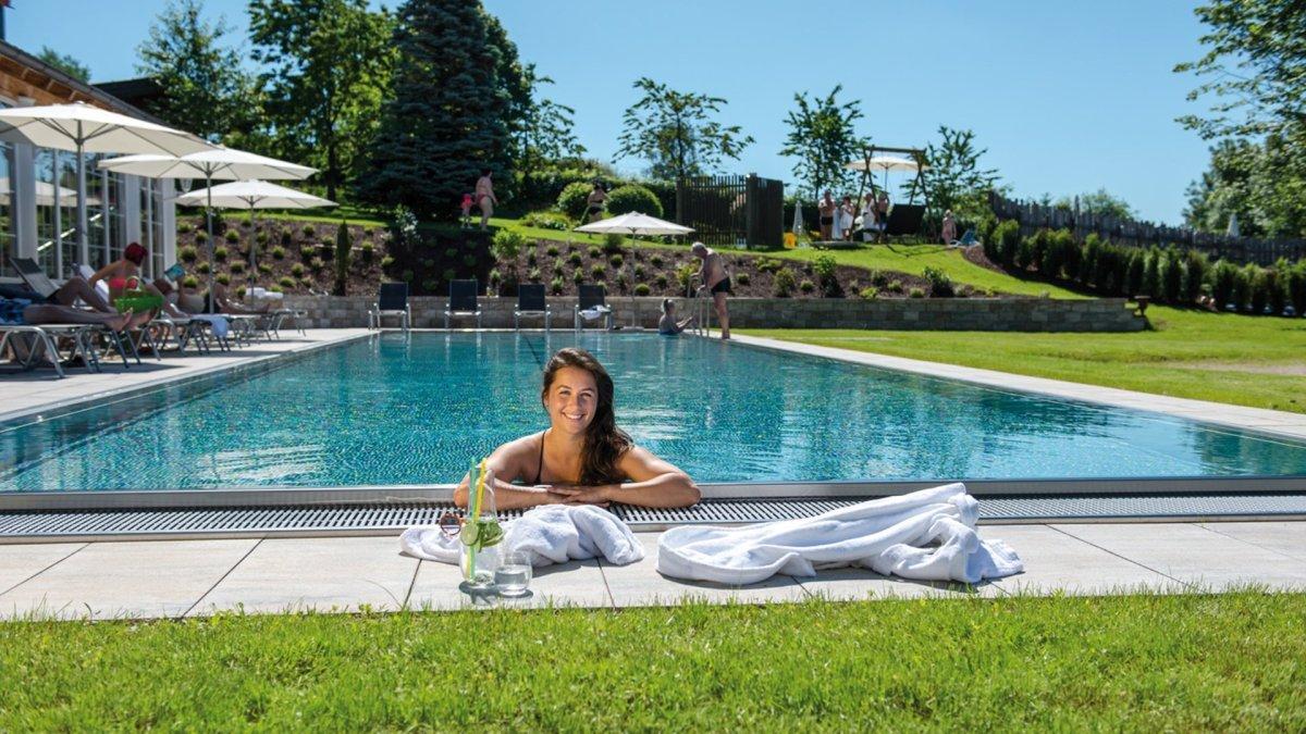 lindenwirt-bayerischer-wald-4-sterne-wellnessurlaub-swimming-pool-schwimmbad