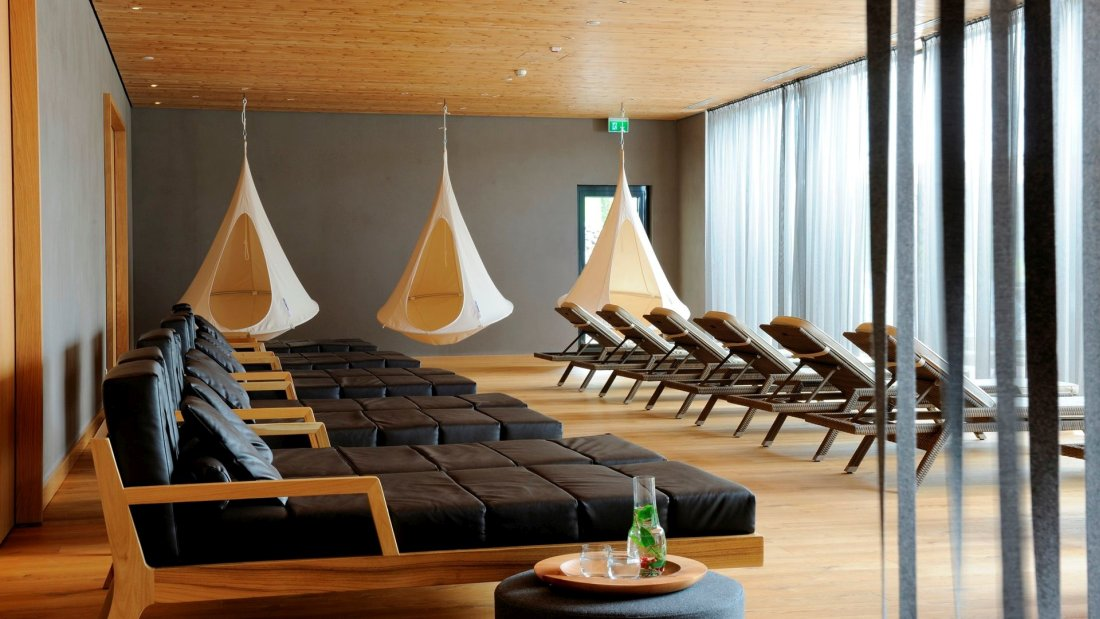 lindenwirt-wellnesshotel-bayern-refugium-ruhebereich-liegen