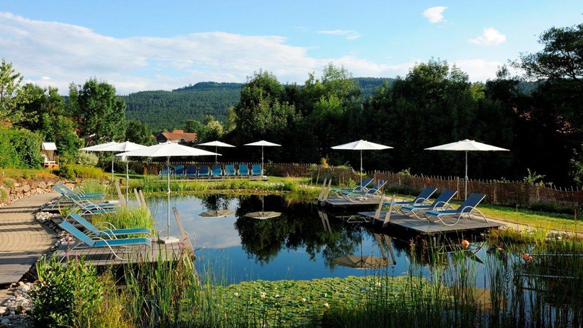 lindenwirt-wellnesshotel-niederbayern-refugium-naturbadeteich
