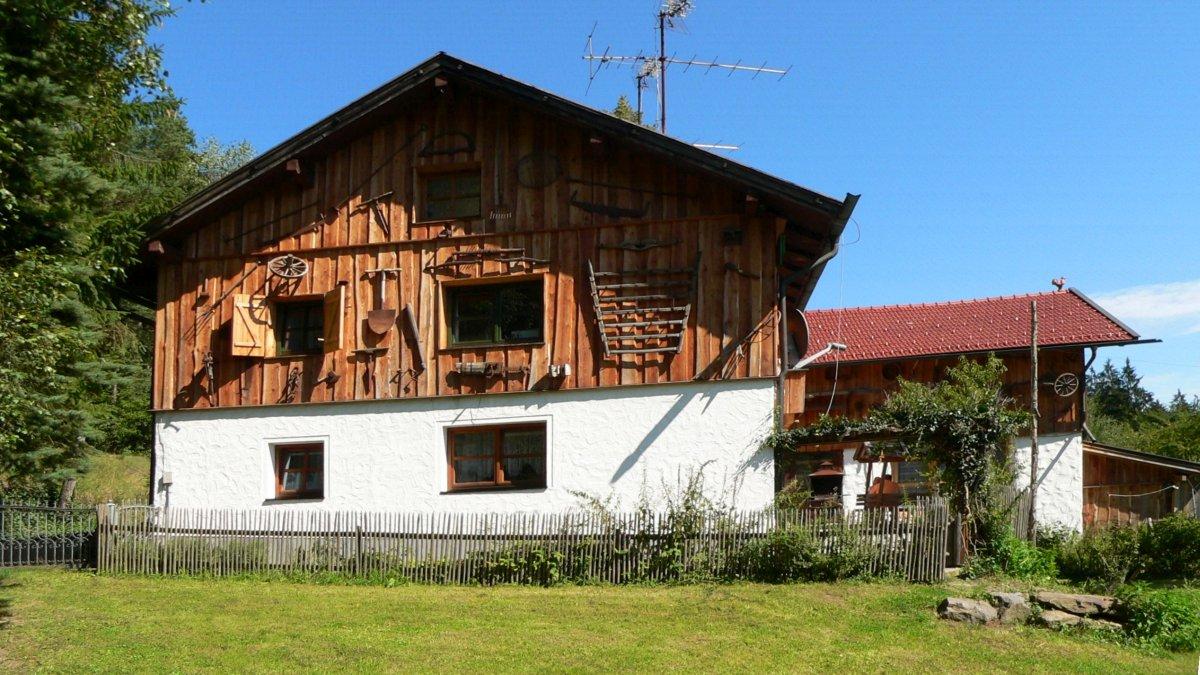 richards-almhuettenurlaub-bayerischer-wald-mit-kachelofen-ferienhuetten-ansicht