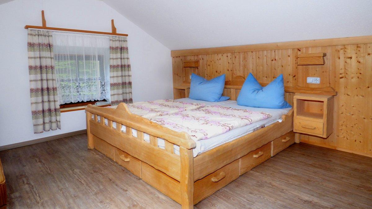 richards-almhuettenurlaub-bayerischer-wald-schlafzimmer-betten