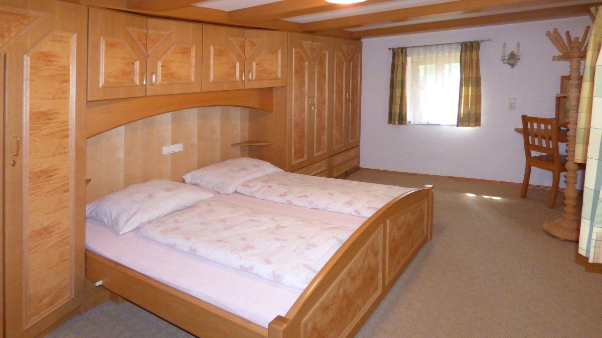 richards-almhuettenurlaub-bayern-gruppenurlaub-schlafzimmer-doppelbett