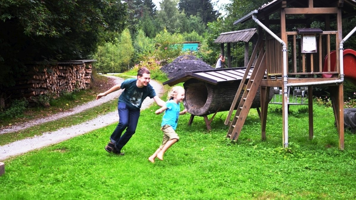 richards-ferienhuetten-bayerischer-wald-gruppenhaus-kinderspielplatz
