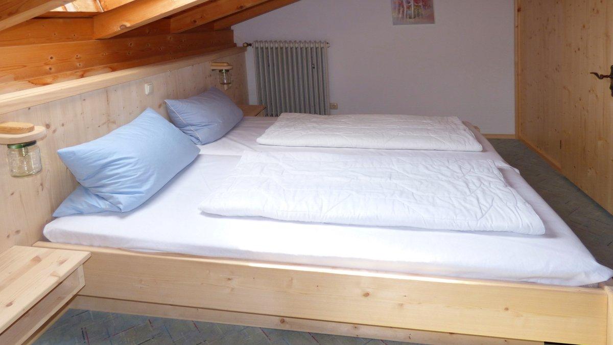 richards-jaeger-berghuette-bayerischer-wald-schlafzimmer-gruppenhaus-doppelbett