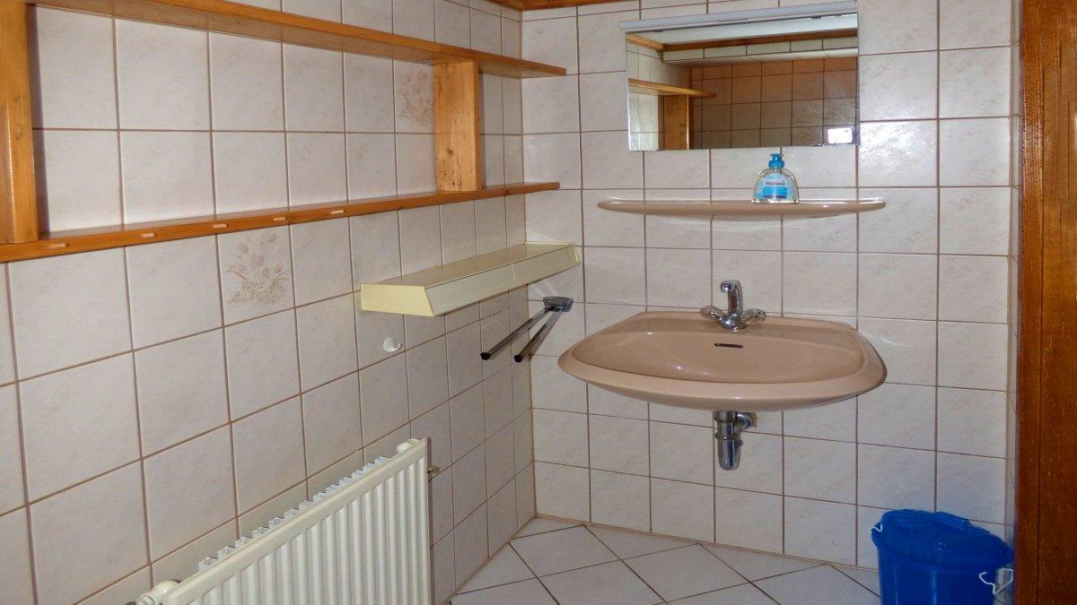richards-jaegerhuette-niederbayern-badezimmer-erdgeschoss-gruppenunterkunft