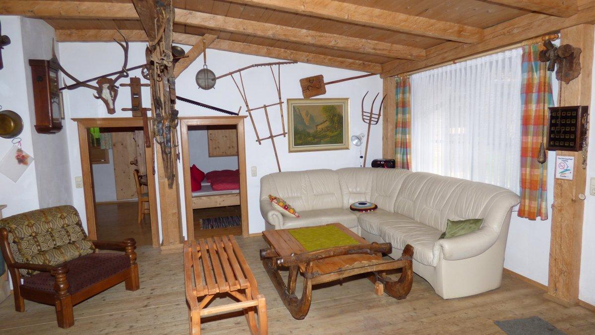 richards-museum-huettenurlaub-wohnbereich-bayerischer-wald-gruppenferienhaus