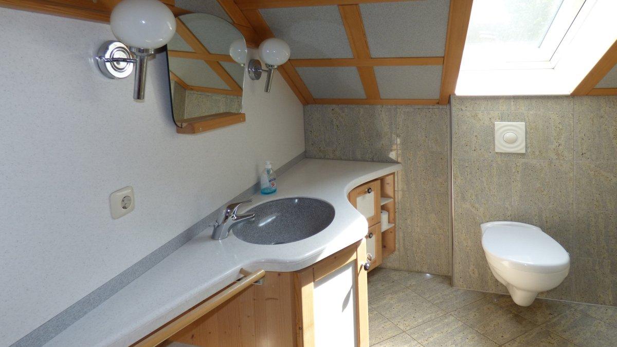 richards-museumshuette-bayerischer-wald-badezimmer-dachgeschoss