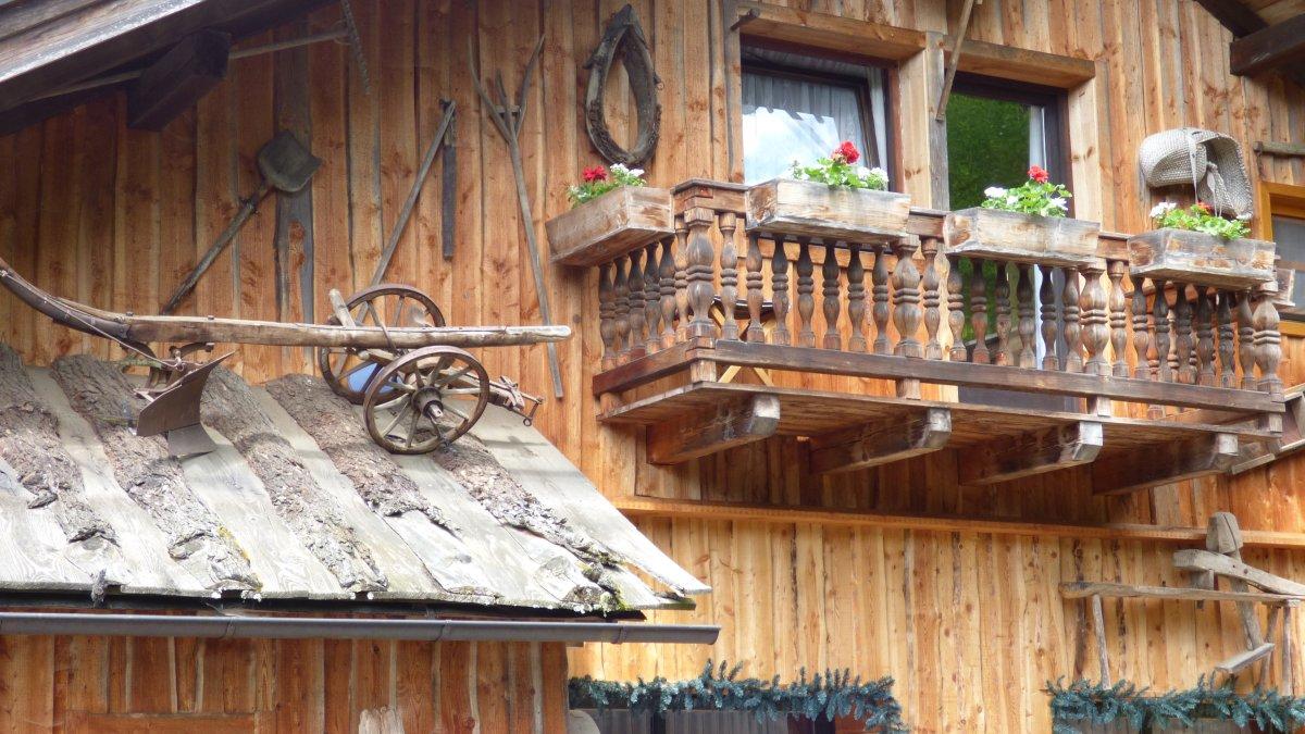 richards-museumshuette-bayerischer-wald-urige-berghuetten-gibelseite-balkon
