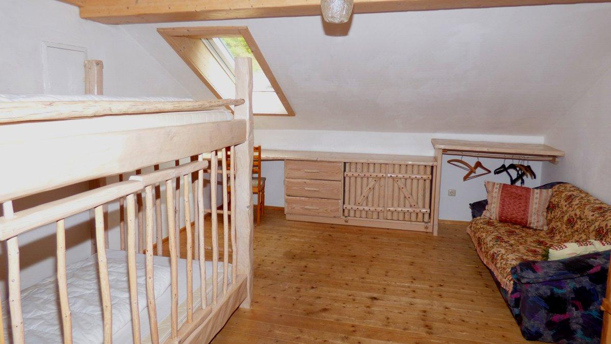 richards-museumshuette-schlafzimmer-bayerischer-wald-familienurlaub-kinder-gitterbett