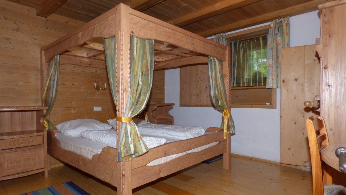 richards-museumshuette-schlafzimmer-romantische-ferienhuette-spiegelhimmelbett-bayerischer-wald