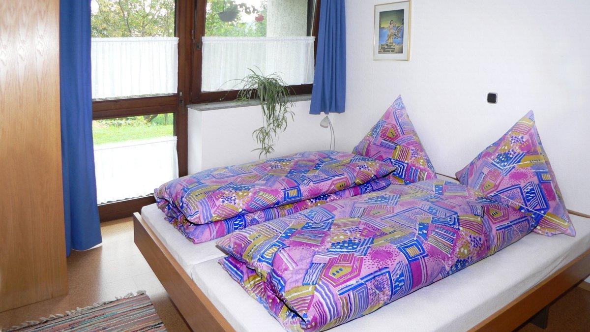 zeintl-ferienwohnung-wiesenfelden-doppelbett-1200