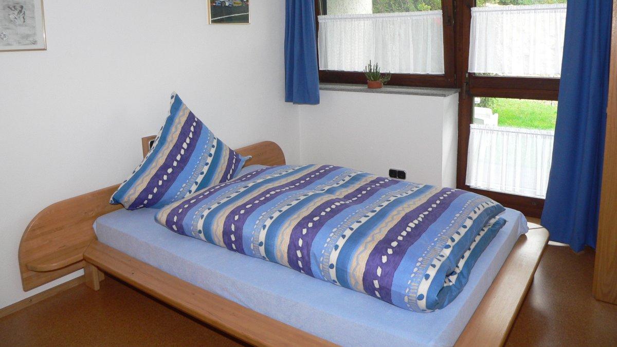 zeintl-ferienwohnung-wiesenfelden-schlafzimmer-niederbayern-doppelbett