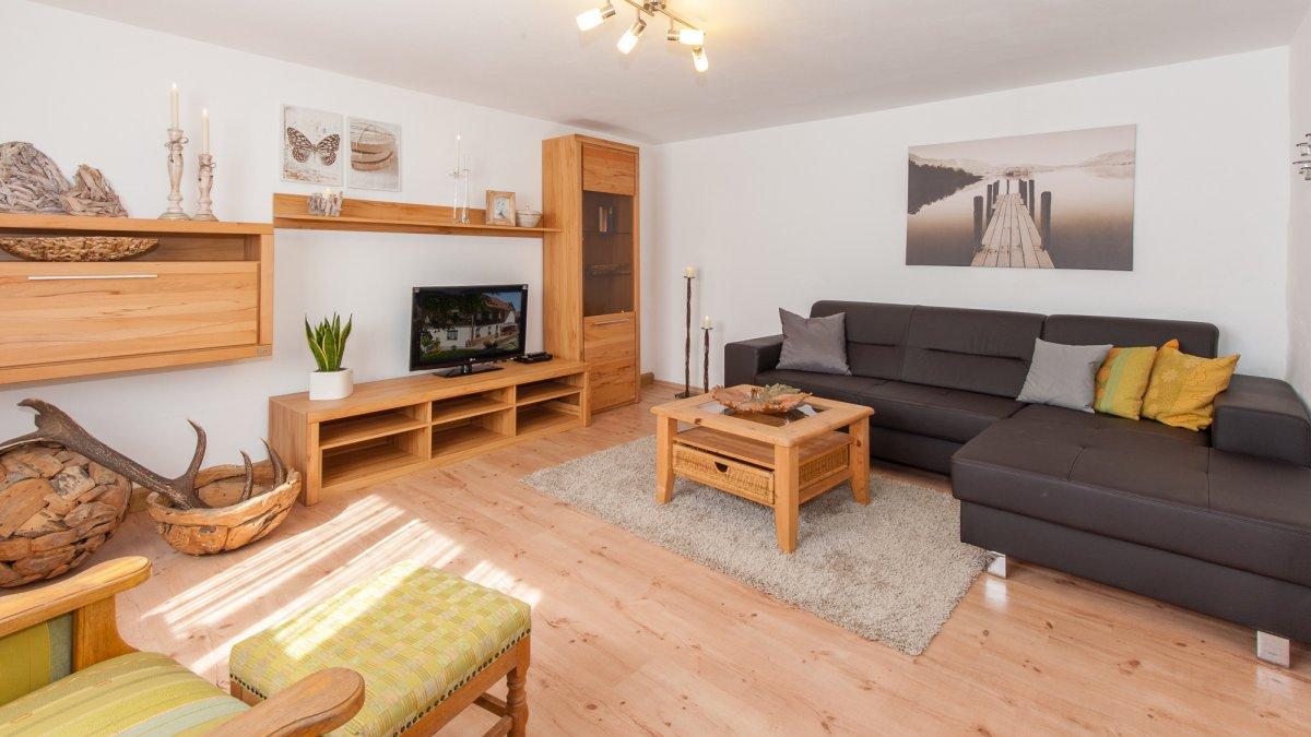 ferienhaus-bodenmais-couch-tv-wohnzimmer