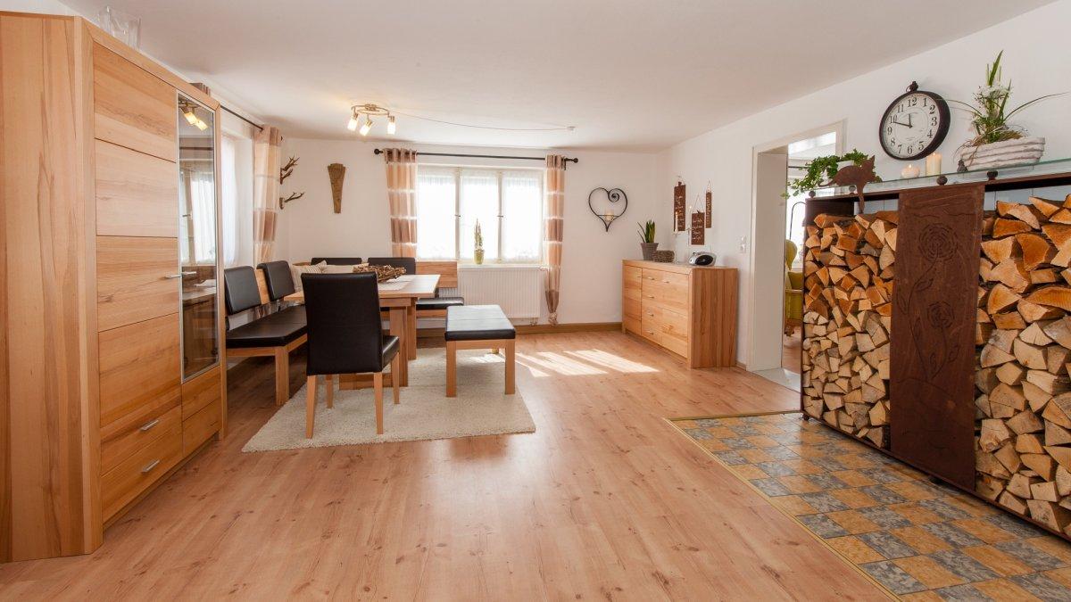 ferienhaus-holzofen-bayerischer-wald-wohnbereich mit Kaminofen