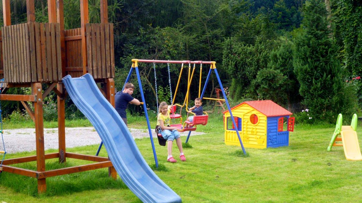 kinderspielplatz-bayerischer-wald-grossfamilien-urlaub-freizeitangebote