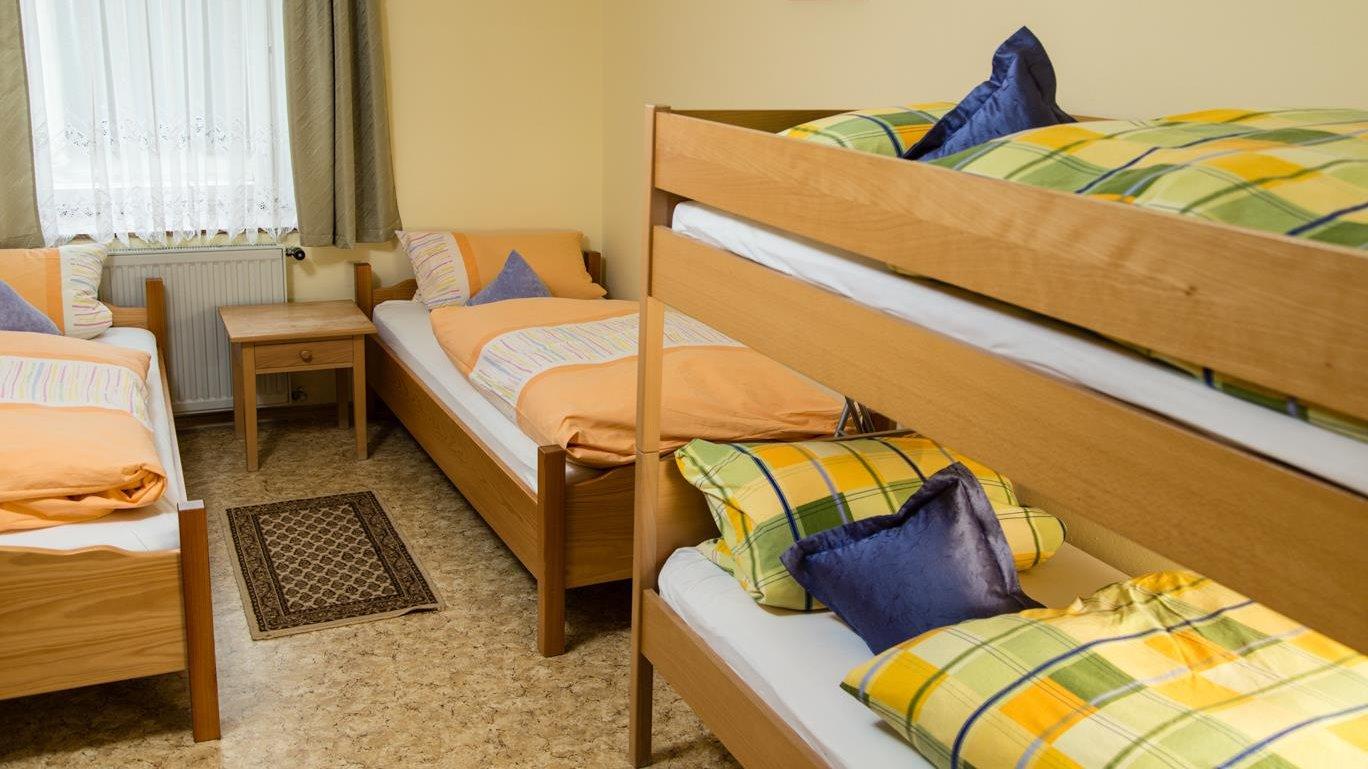 piendl-bauernhof-bayern-ferienwohnungen-hund-kinder-schlafzimmer