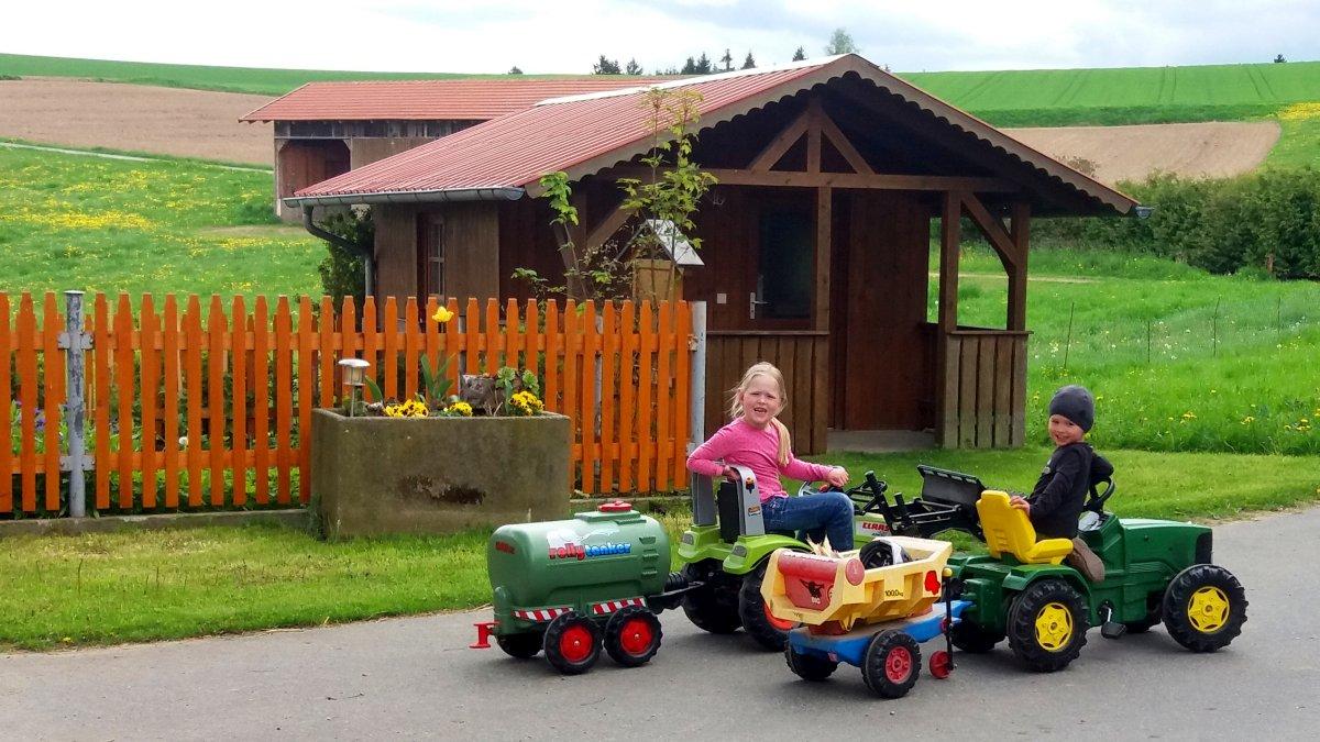 piendl-kinderbauernhof-urlaub-bayerischer-wald-tretfahrzeuge