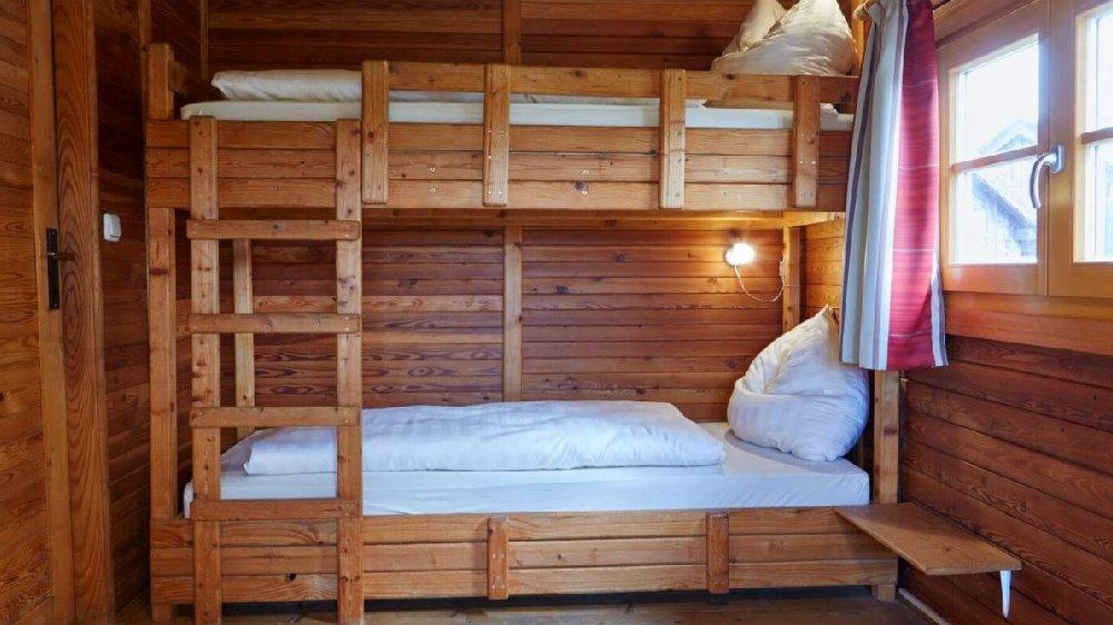 schanzer-blockhütte-am-see-schlafzimmer-niederbayern