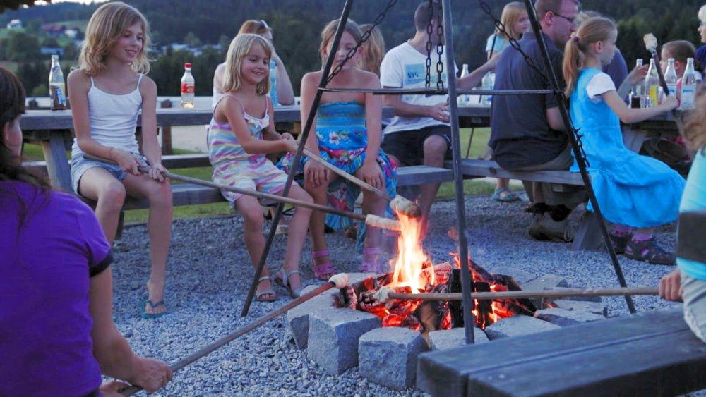 schanzer-reiterhof-bayerischer-wald-lagerfeuer-kinder-familienurlaub