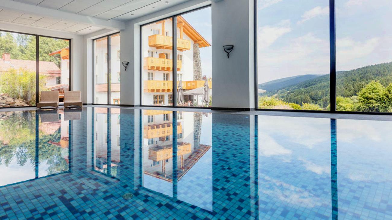 waldschloessl-swimmingpool-wellnesshotel-bayerischer-wald-schwimmbad