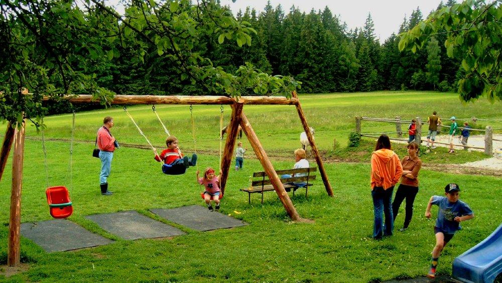 wieshof-kinderfreundlicher-bauernhof-bayern-kinderspielplatz